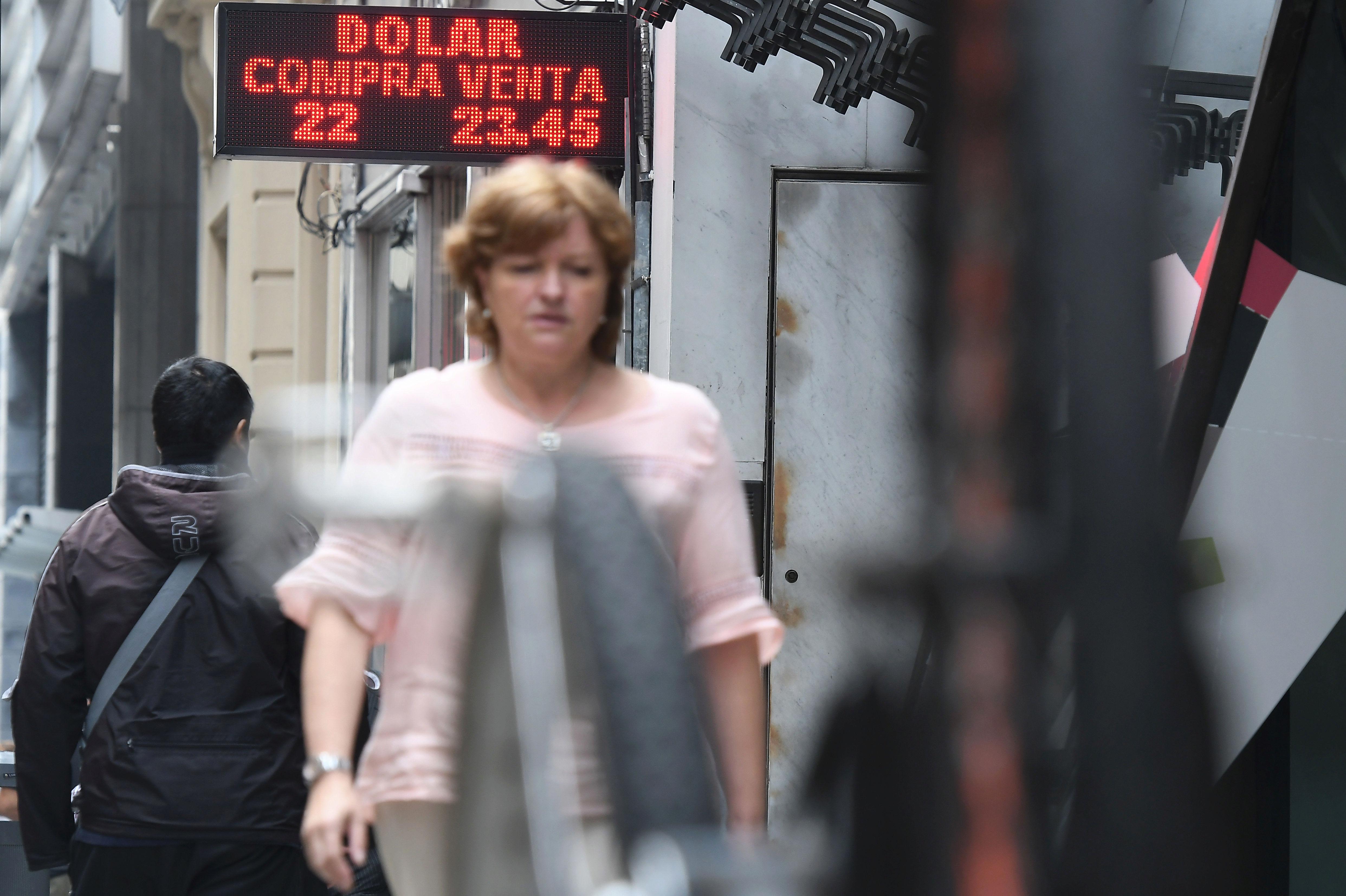 El trauma histórico de los argentinos con el dólar