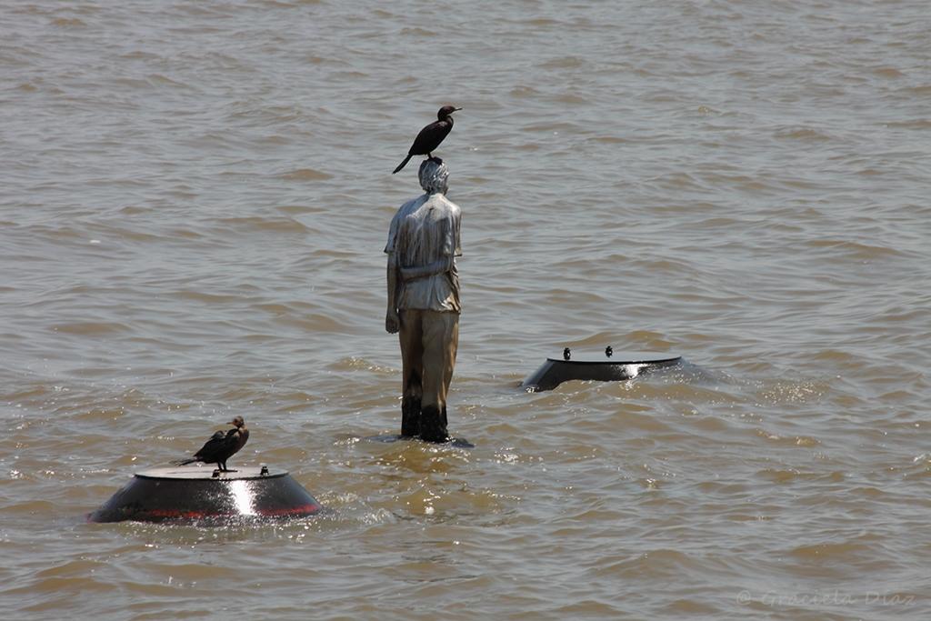 ¿Quién es el niño que camina sobre las aguas del Río de la Plata?
