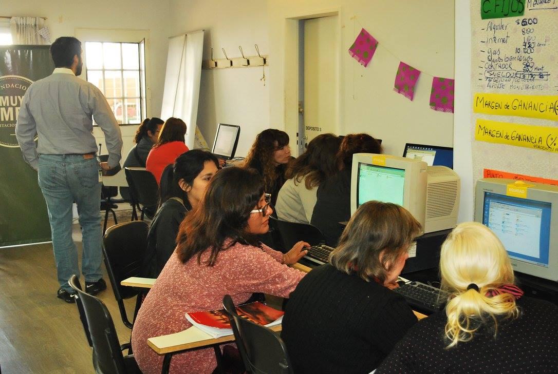 Los alumnos de Muy Simple se capacitan con las máquinas donadas.   Foto: Fundación Muy Simple