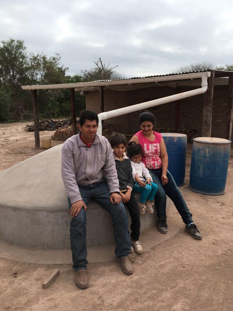 Una cisterna garantiza 43 litros por día al año. Crédito: Fundación Plurales