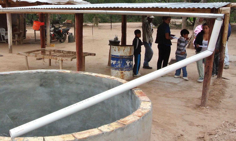 Cosechar agua de lluvia, una alternativa para hogares rurales aislados