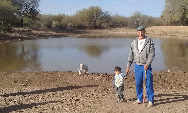 La familia Torres toma el agua de una represa de la que también beben los animales.