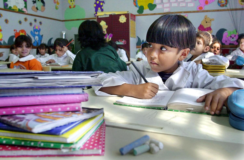 El mayor nivel educativo de los padres ayuda a que sus hijos logren un mejor aprendizaje