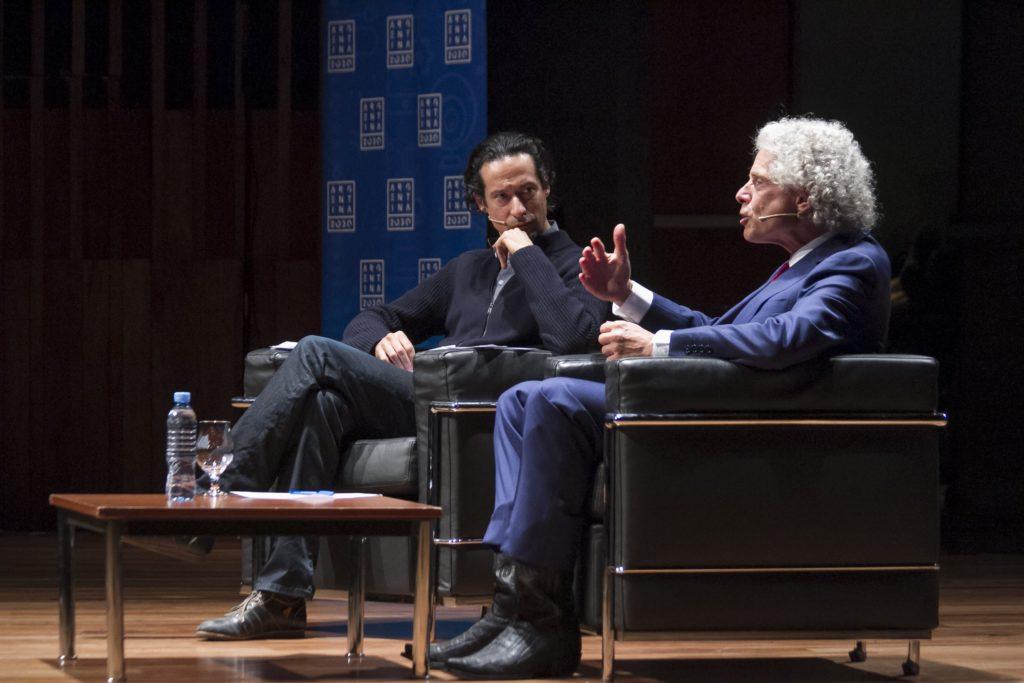 Steven Pinker junto a Iván Petrella, en la charla en el CCK.