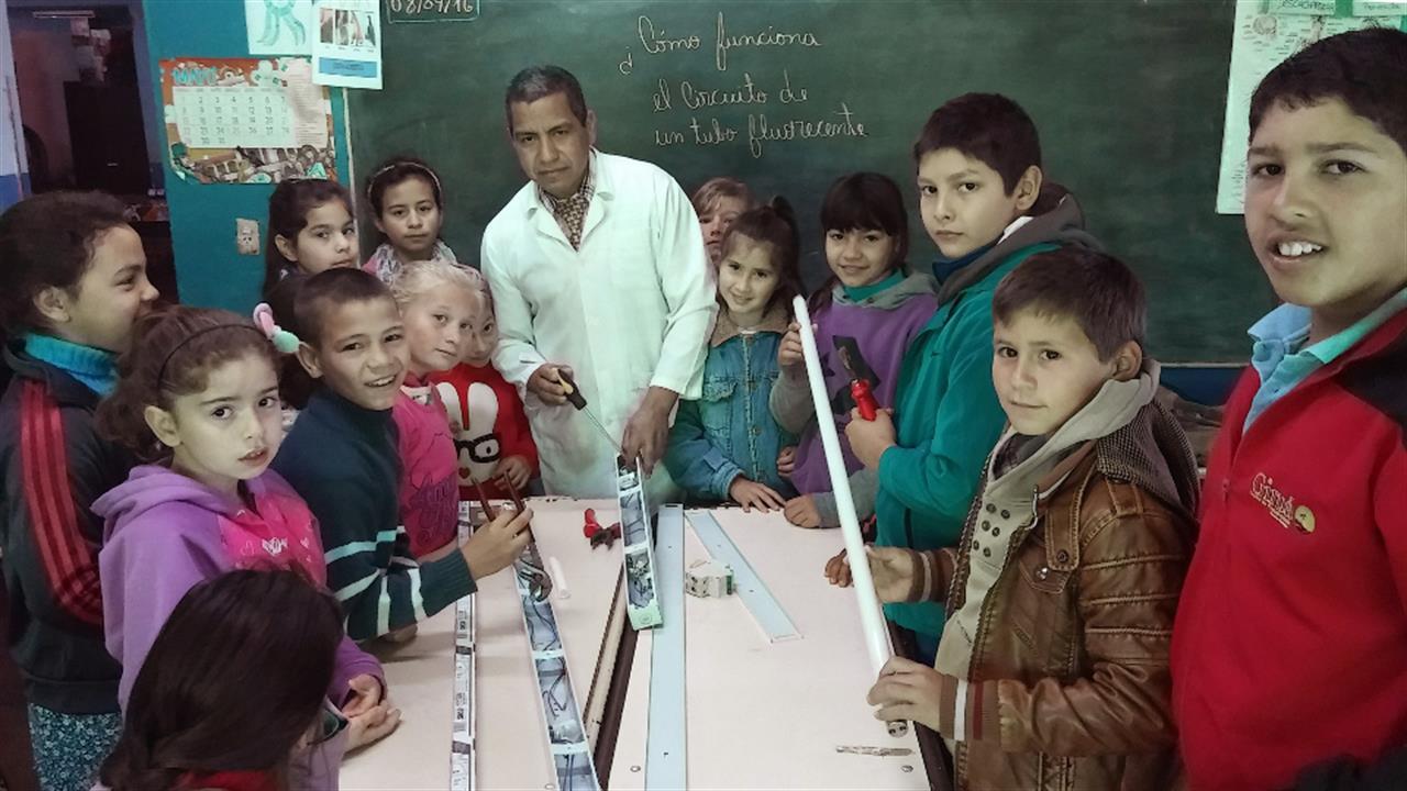 """El maestro rural que es """"juez"""" y ayuda a mantener la armonía en un pueblo de frontera"""