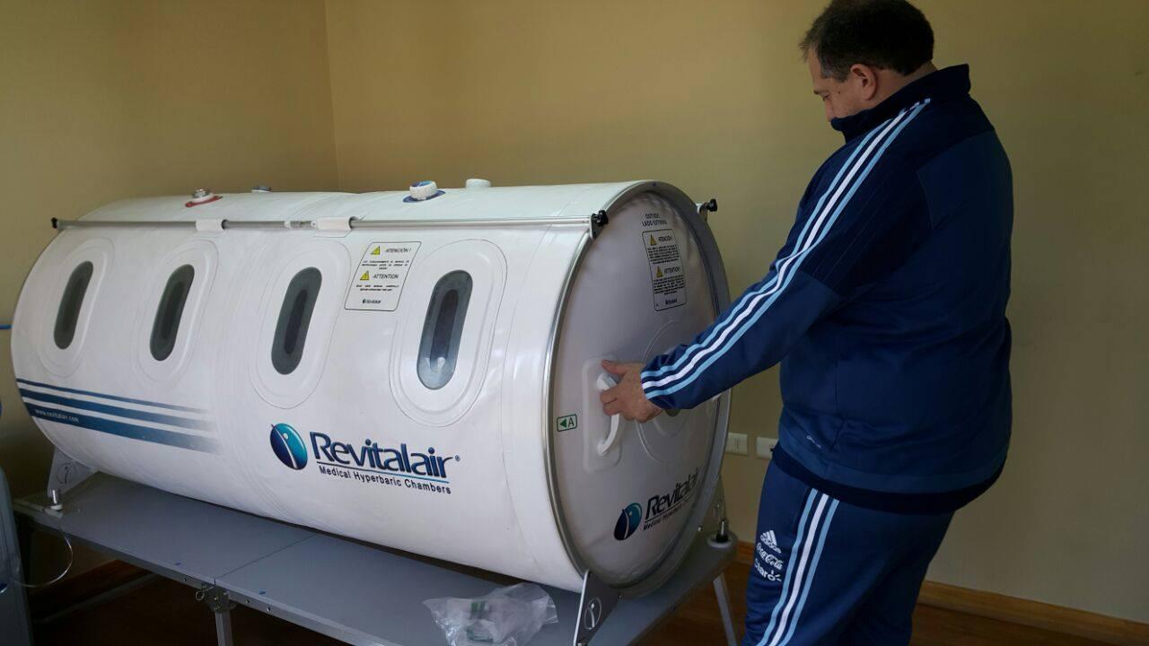 La selección argentina de fútbol suele llevar una cámara hiperbárica a sus giras.