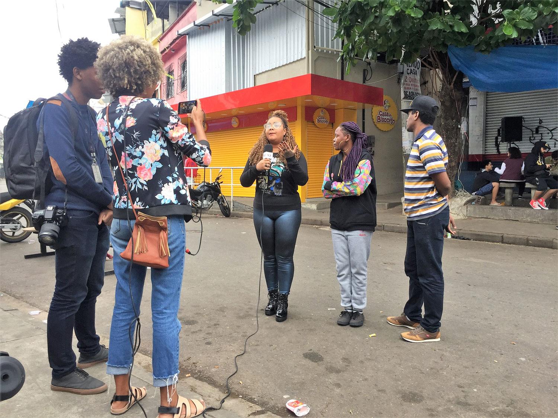 Periodistas de A voz da Comunidade en la favela Maré, en Complexo Alemao. Foto: Diego Granda