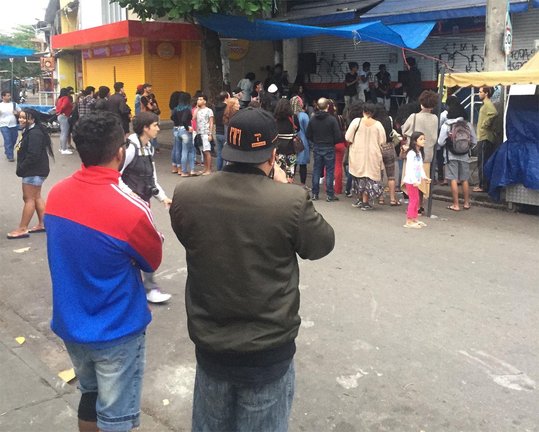 Raúl Santiago transmite en vivo un evento cultural desde las calles de una favela del norte de Río de Janeiro. Foto: Diego Granda