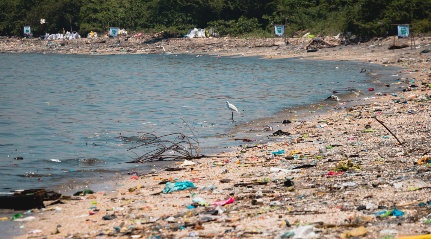 Las multinacionales prometen reducir el plástico que producen y usan como embalaje
