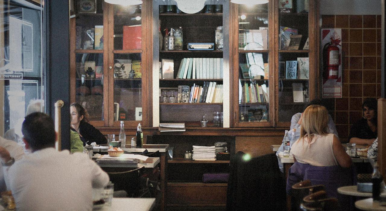 Una recorrida por cinco bares de Buenos Aires que invitan a entrar al mundo de la literatura