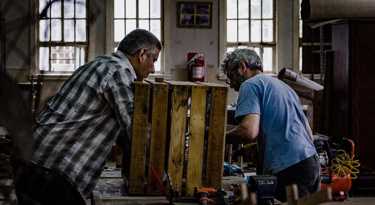 Cómo funciona la carpintería La Huella, una cooperativa conformada por usuarios del Hospital Borda