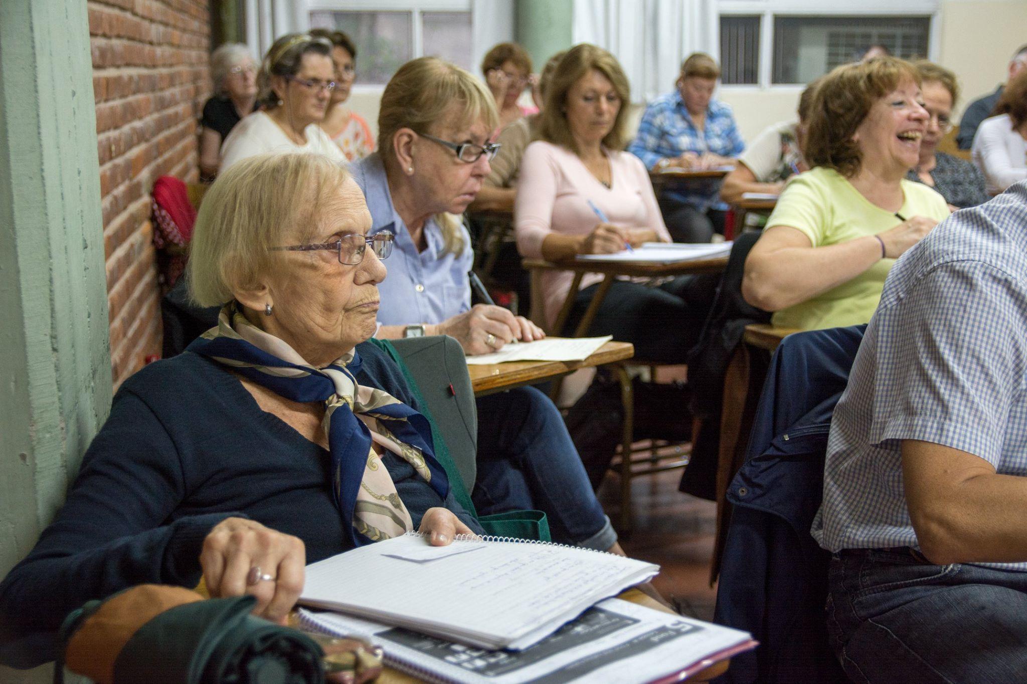 El 30% de las personas con 60 años o más quiere seguir estudiando pero sólo un tercio logra hacerlo