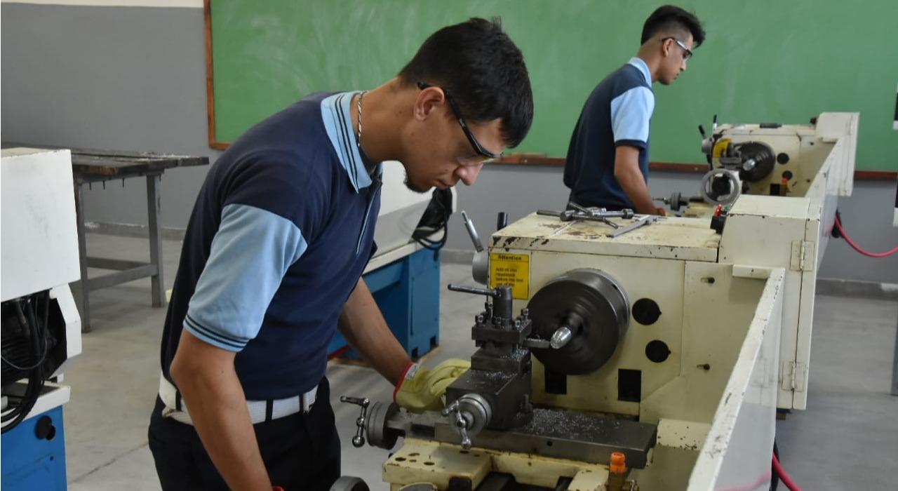 Más jóvenes estudian en escuelas técnicas, pero no logran incluir más mujeres