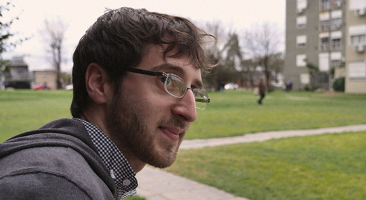 Con un pizarrón y una fibra, Damián Pedraza vive de enseñar matemática a millones de personas en YouTube