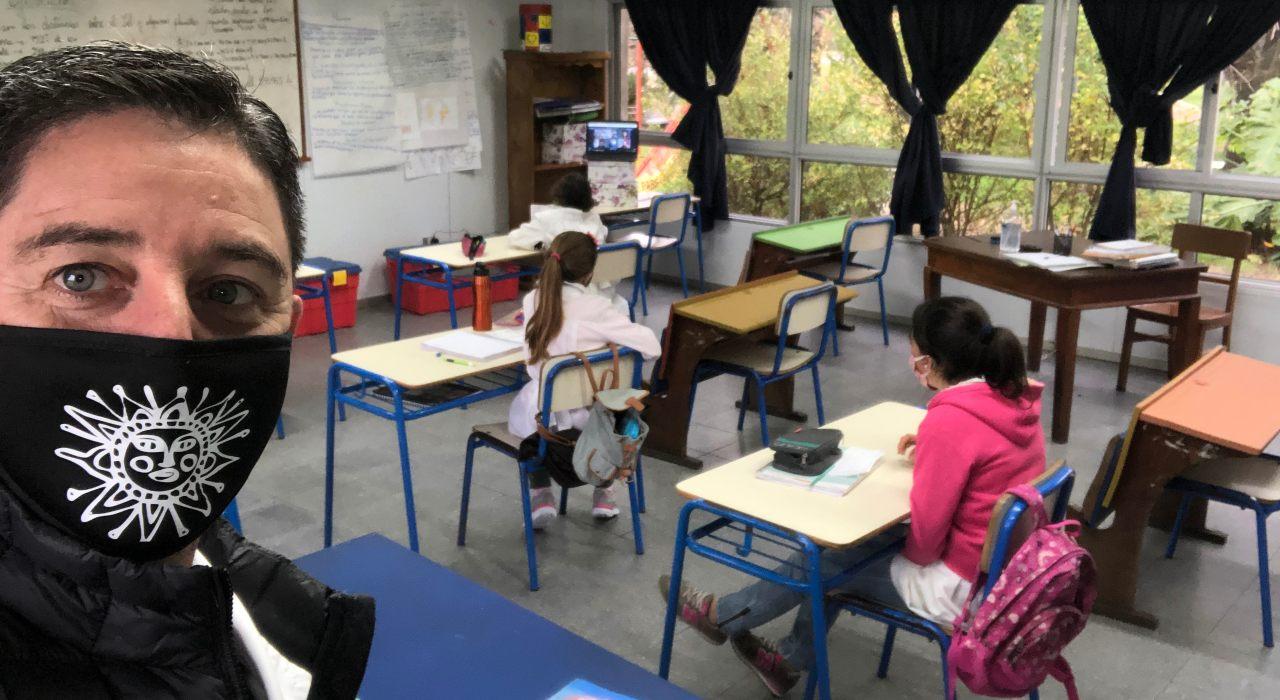 Cómo es el día a día de una escuela uruguaya que desde hace casi dos meses volvió a dar clases presenciales