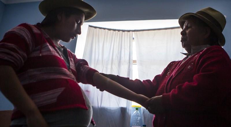 El respeto al parto natural: el oficio de las parteras en el Perú