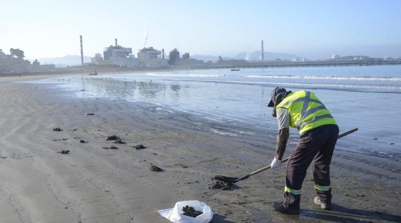 Playas de carbón: la apuesta de Chile a las energías renovables ante la contaminación de sus costas