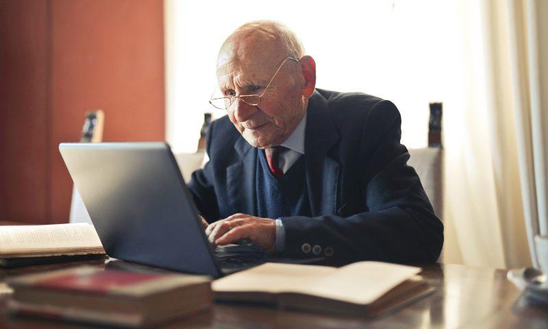 Claves para enseñarles a los adultos mayores a hacer operaciones bancarias online