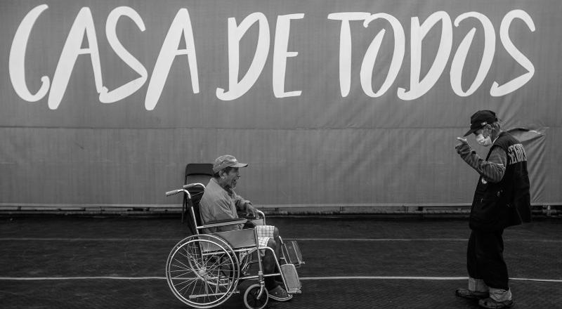 Un hombre en silla de ruedas en el refugio de Lima para personas en situación de calle.
