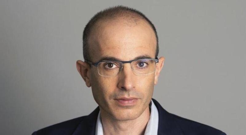 Yuval Harari, con lentes, mira de frente a la cámara.