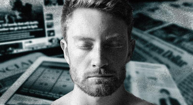 Un hombre cierra los ojos, triste. De fondo, períodicos. Todo en blanco y negro.