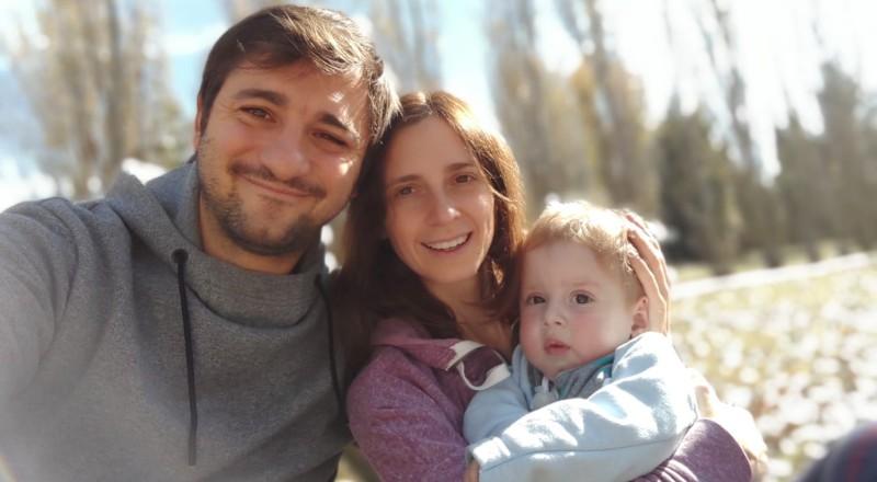 Franco, junto a Luciana y Lolo en brazos de ella.